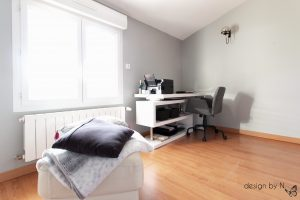 Home staging et optimisation du palier de l'étage avec un bureau rétractable