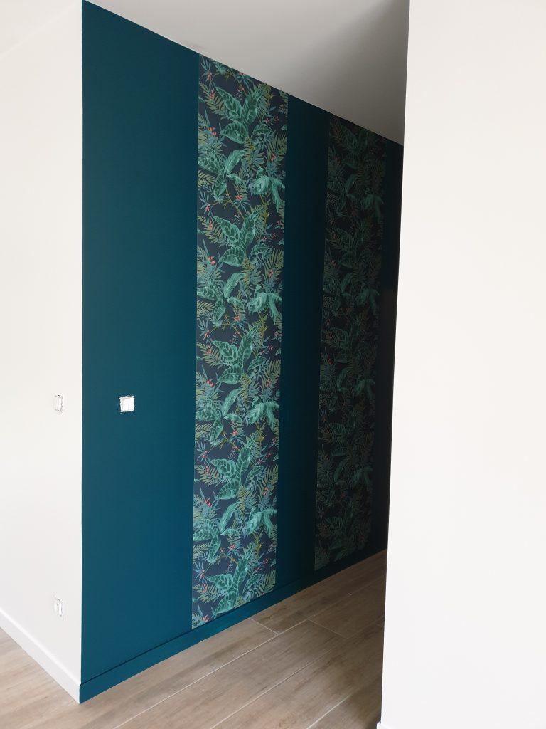Peinture Eucalyptus 1 de chez Dulux V. et papier peint posés dans le couloir
